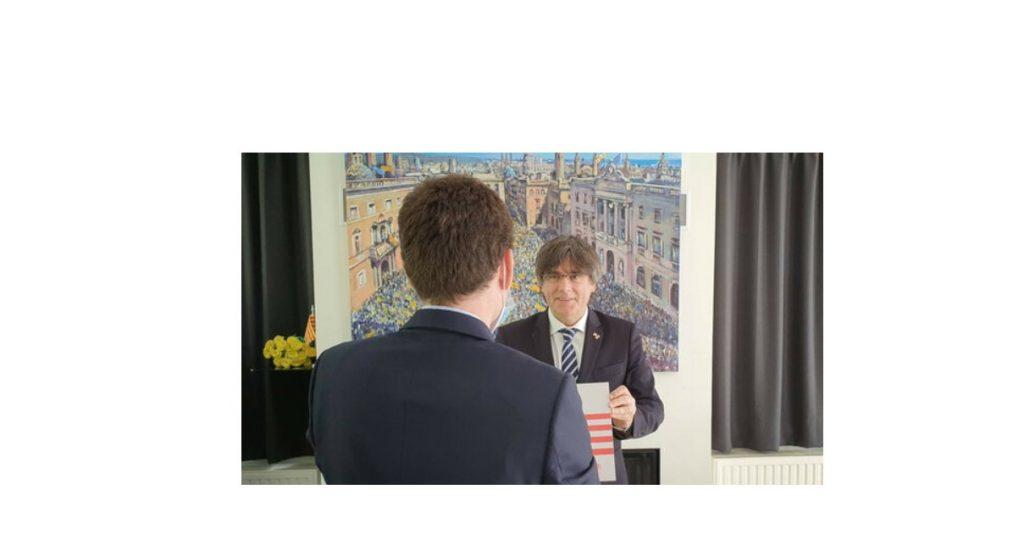 El jove que va robar la placa de la Casa de la República demana perdó i el President Puigdemont té un gest que l'honora