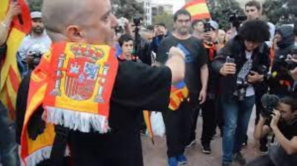 Espanyolistes canten el Cara al Sol a les quatre de la matinada al camp de futbol d'Amer