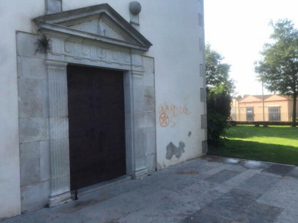 Un botellot a Campllong acaba amb pintades a l'església, els veïns desesperats i els incívics protegits