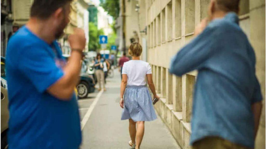 Dona al carrer