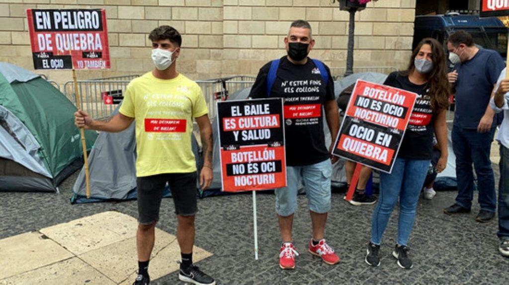 Els empresaris de l'oci nocturn es planten i acampen a la plaça de Sant Jaume