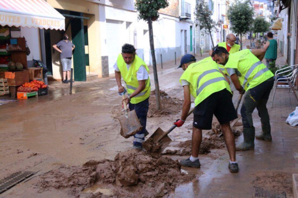 Gran gest de més de 150 voluntaris a Alcanar després de la catàstrofe