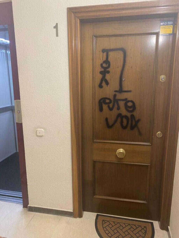 Laura Borràs dóna una lliçó de dignitat a VOX després de l'aparició d'una pintada a la casa d'un diputat ultra